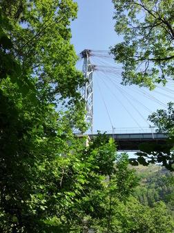 On vient de passer près du pilier Ouest du pont