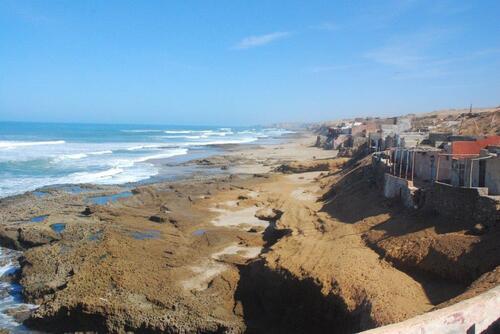 Des troglo bien fragiles, l'océan ronge inexorablement la falaise