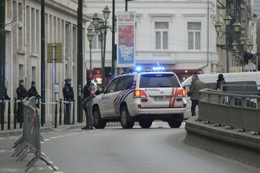 La police bloque les rues adjacentes à la chambre du conseil de Bruxelles, qui doit statuer sur le cas de plusieurs terroristes présumés, jeudi 31 mars.