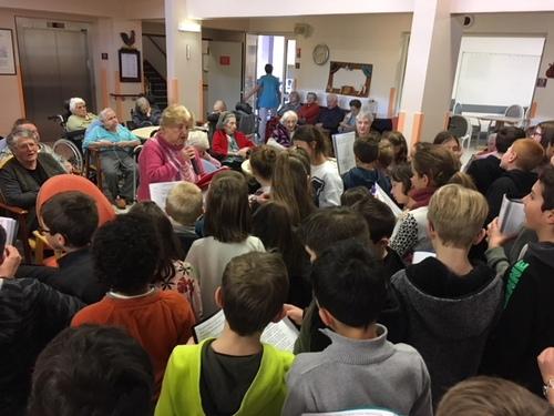 Les élèves chantent à la maison de retraite