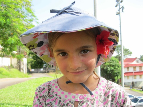 Kylia et sa fleur d'hibiscus