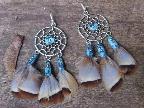 Boucles d'oreilles capteur de rêve avec leurs plumes marrons et leurs perles turquoises