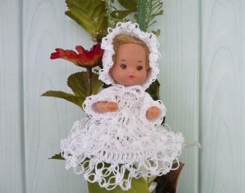Le bébé de la famille Doucoeur en robe de baptême