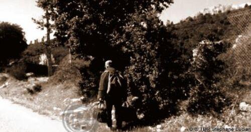L'homme qui marche avec des sacs