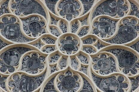 Rosace de la cathédrale vue en gros plan, de l'extérieur (photographie couleur).