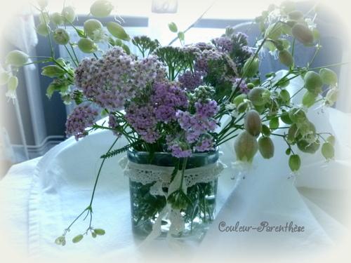 Des fleurs et des prunes sur ma table!