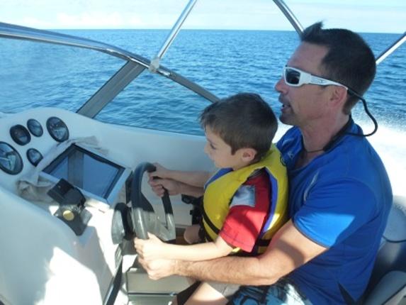 Hugo et Etienne au pilotage du bateau