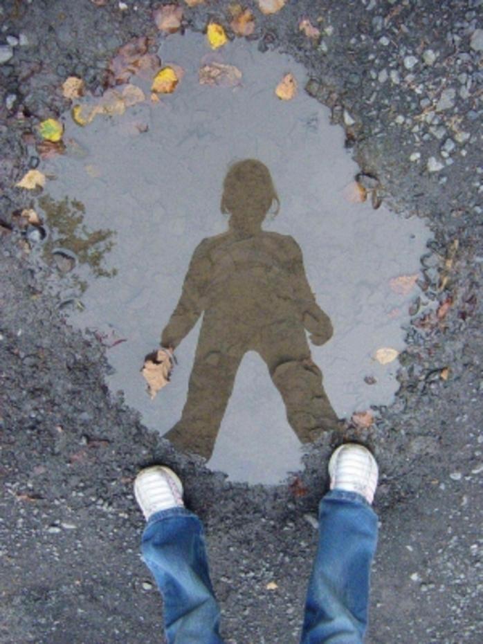 Une flaque d'eau:  un miroir original - Reflet de ma fille dans une flaque d'eau - Votre meilleure photo de reflet