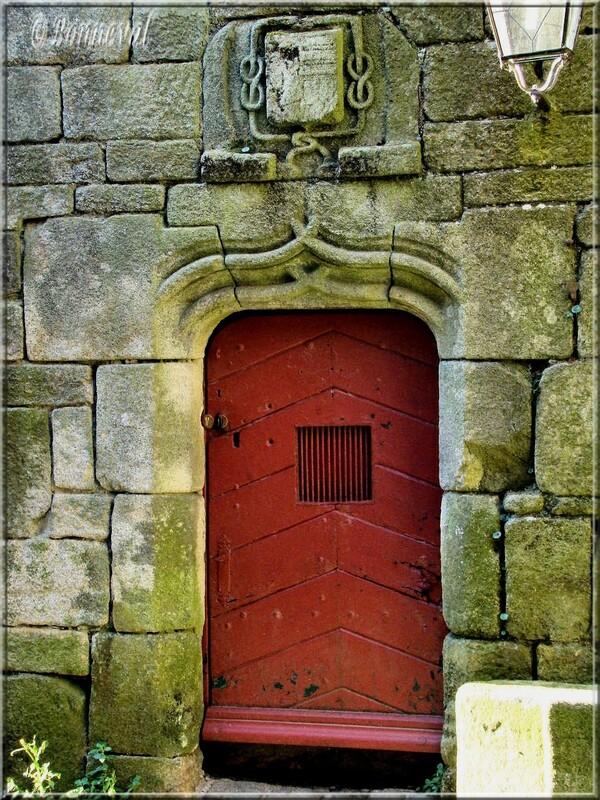 Finistère Locronan porte encadrement de pierre arc en accolade