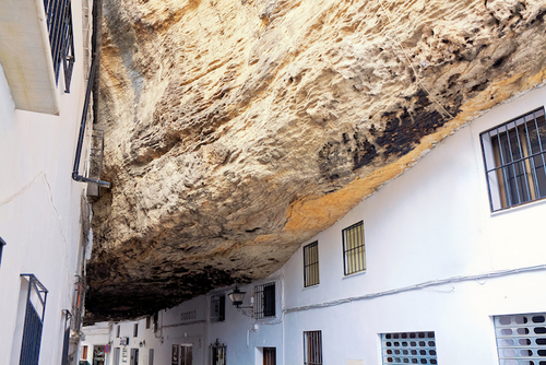 Un village sous un rocher