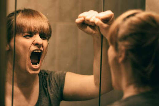 femme qui crie