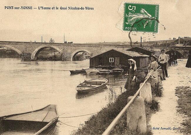 Le pont de pierre et le quai Nicolas-de-Vères