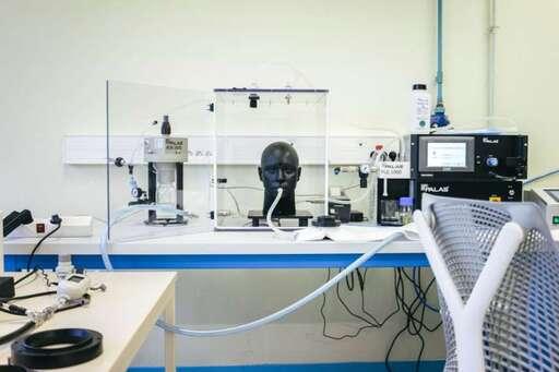 Une machine de test qualité à la «Coop des masques» à Guingamp.