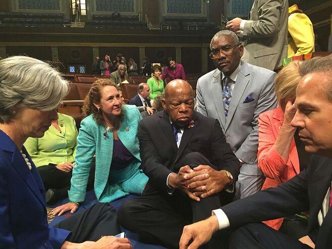 John Lewis au milieu d'autres membres de la Chambre des représentants des Etats-Unis, le 22 juin.