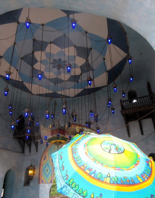 Nos parapluies et lampes et lustres...