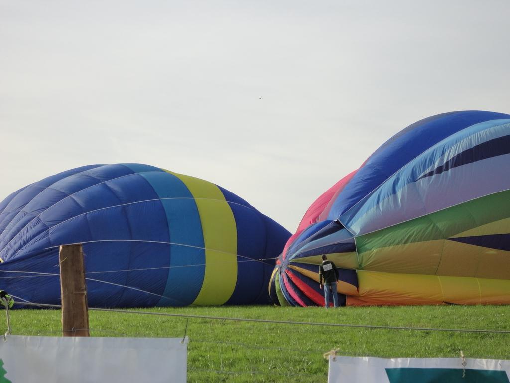 ARC ET SENANS, en fête, plus de 45 montgolfières se sont envolées hier en fin d'après midi, quel beau spectacle....