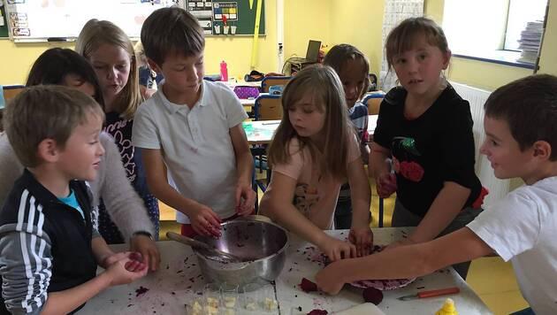 Les écoliers n'ont pas hésité à mettre la main à la pâte, c'est le cas de le dire, pour préparer leurs différents plats.