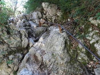Le passage rocheux assuré par cette solide barre