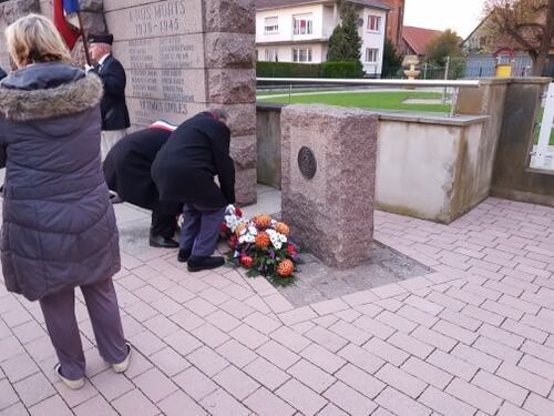 * Obenheim - Cérémonie du souvenir et dépôt de gerbes au monument aux morts de la 1ere DFL et à la stèle du B.M.24