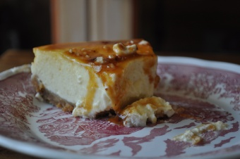 Cheesecake new-yorkais avec sa sauce au caramel et noisettes caramélisées