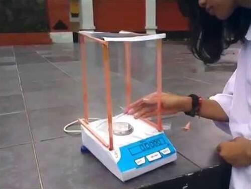 Cara Menggunakan Neraca Analitik Digital yang Benar di Laboratorium
