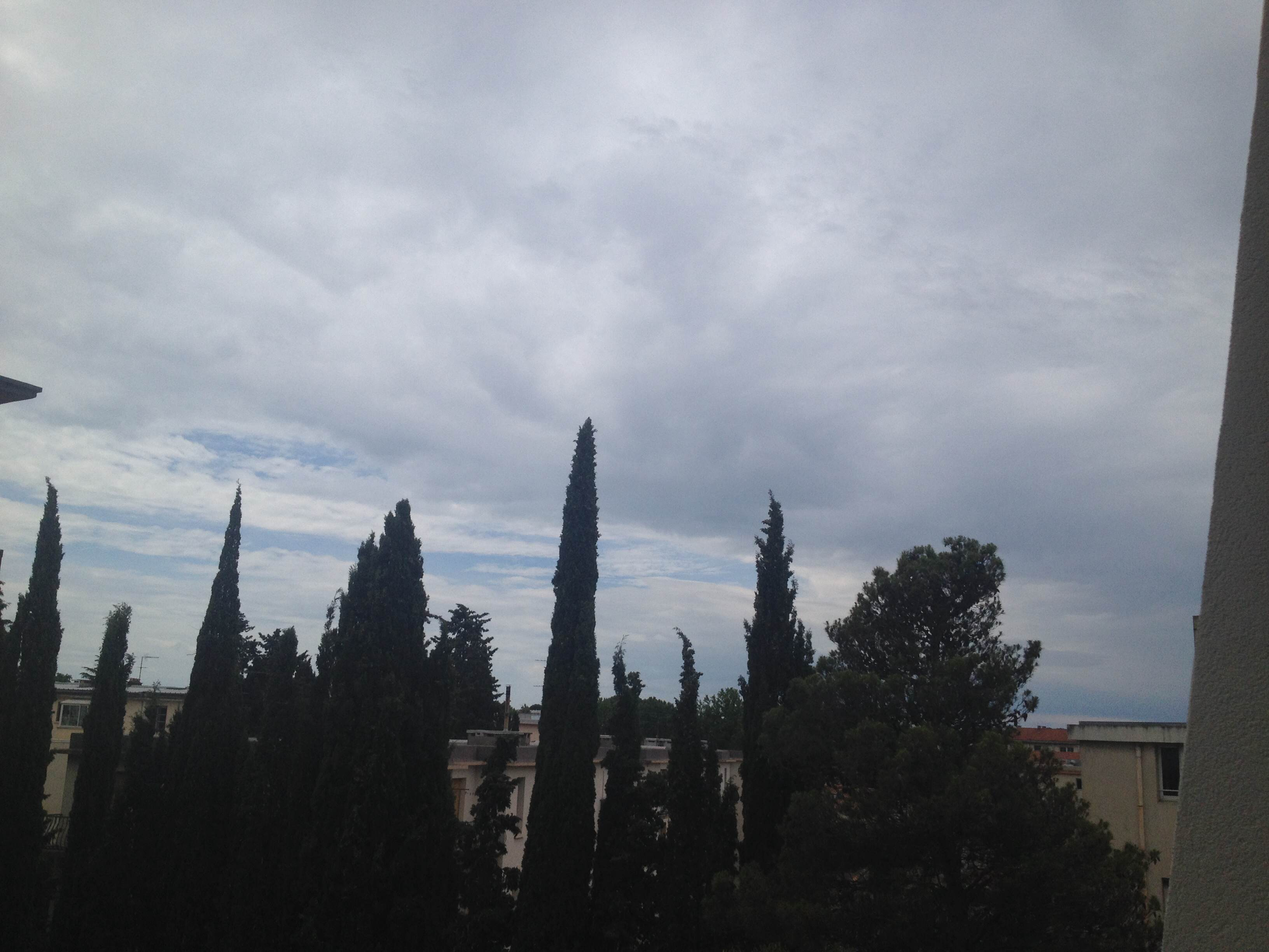 Photo pourrie prise avec mon téléphone d'un ciel gris
