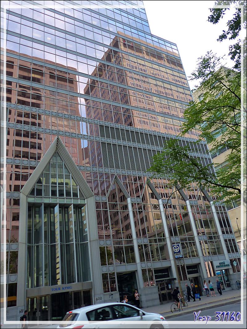 Reflets sur la très belle Tour KPMG, Promenades Cathédrale (146 m de hauteur) - Montréal - Québec - Canada