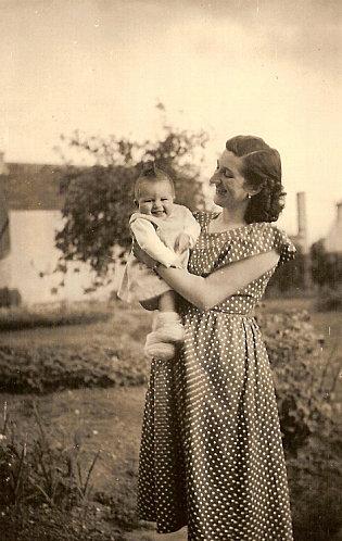 Lenaïg toute petite dans les bras de sa maman