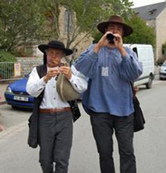 Couple traditionnel de sonneurs bretons