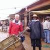 douar gzoula - souk - pat et le responsable livraison et la boue