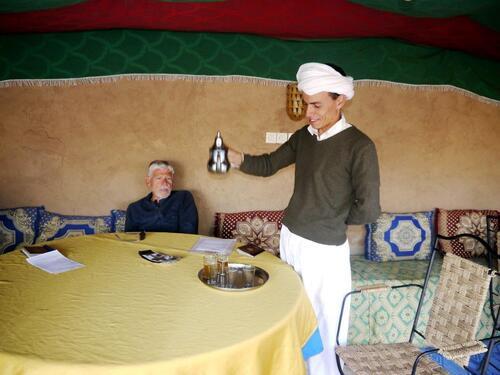 Brahim nous sert le thé de bienvenue