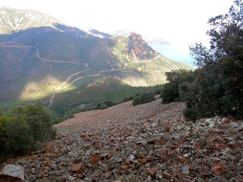 Face au Pic d'Aurelle, l'immense pierrier de la face Nord du Pic du Cap Roux