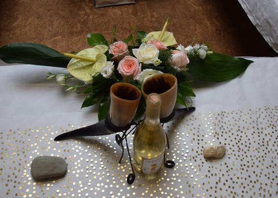 Un cadeau de mariage original, festif et symbolique (les deux cornes proviennent du même animal, et représentent donc le partage entre les époux)