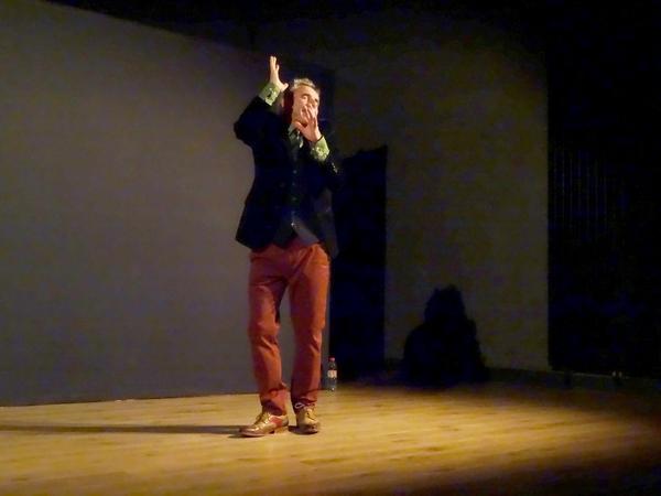 """Pascal Thétard, conteur, a enchanté le public lors des """"Coups de Contes"""" proposés par la Bibliothèque Municipale de Châtillon sur Seine, salle Kiki de Montparnasse"""