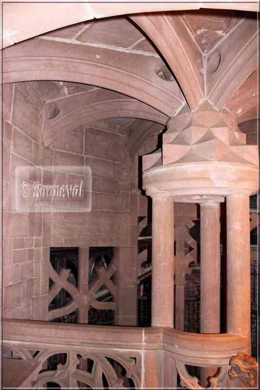 Cour intérieure Haut Koenigsbourg escalier polygonal