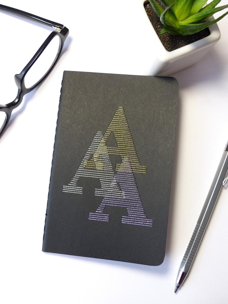 Carnet monogramme brodé main Moleskine noir fils brillants