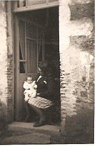 Renée et Jean-pierre Chiron, 25-4-1948 devant la maison ou