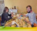 2015 - Sabien (Belgique) et James (Pays de Galle) récoltent les graines pour le potager bio.