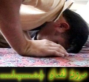 يعتنق الاسلام ولكنه يخجل من السجو