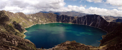 Blog de images-du-pays-des-ours :Images du Pays des Ours (et d'ailleurs ...), Lac de cratère en Équateur: Lagune Quilotoa, altitude: 4000 mètres