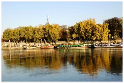 Un matin d'automne en bord de Seine à Paris.