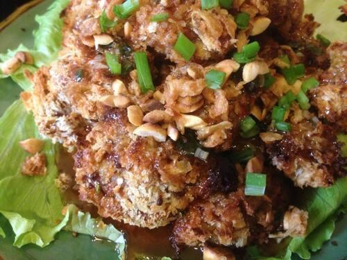 Bouchées de LANGUE D'AGNEAU croustillantes au four, avec SAUCE AU TAMARIN, cacahuètes rôties, oignons frits & basilic thaï