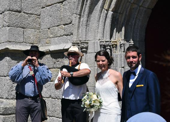 Accueil des mariés à la sortie de la chapelle