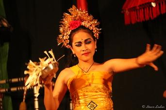Les danseuses et danseurs de la troupe balinaise de Sebatu