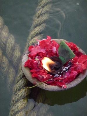 Bougies dérivant sur le Gange