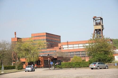 Les bâtiments de la mine de la Petite Rosselle. C'est en juin 1856 qu'est extrait le premier bloc de charbon de Petite-Rosselle, au puits Saint-Charles situé à deux kilomètres de ce qui deviendra le « siège Wendel », puis le Parc Explor Wendel.  Plusieurs puits seront ensuite foncés de 1862 à 1889 : Wendel 1, Wendel 2, Vuillemin 1 et Vuillemin 2 (dont le chevalement est encore visible à l'entrée du site). Le puits Wendel 3 est foncé en 1952, et équipé, en 1958, du lavoir 3, à la pointe de la modernité.  Après 1960, la récession charbonnière s'installe en France, l'exploitation et les investissements se poursuivent jusqu'en 1986, date à laquelle le siège cesse son activité.