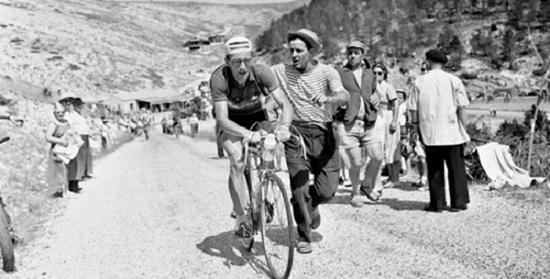 Louison Bobet s'impose en solitaire en Avignon après avoir grimpé le Ventoux. Il se rapproche du maillot jaune, toujours sur les épaules d'Antonin Rolland.