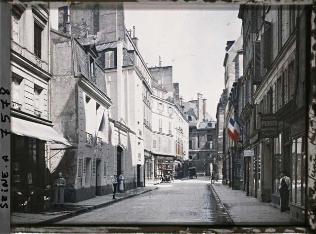 La rue de Seine, au niveau du numéro 12 par Stéphane Passet ©Musée Albert-Kahn - Département des Hauts-de-Seine