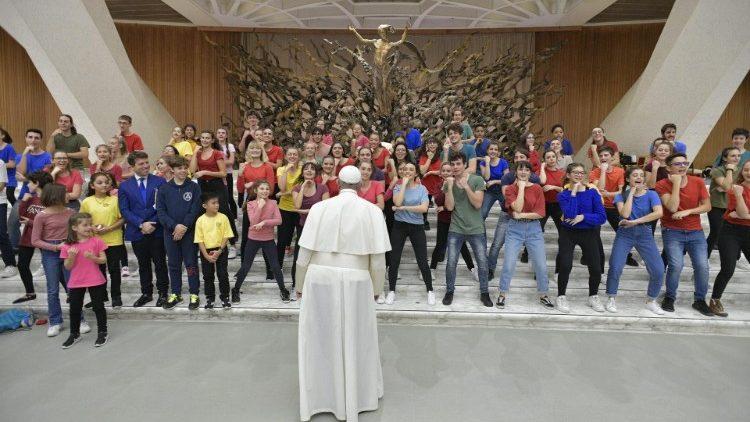 """Le Pape et les jeunes du projet """"Yo Puedo"""" en salle Paul VI, ce samedi 30 novembre"""