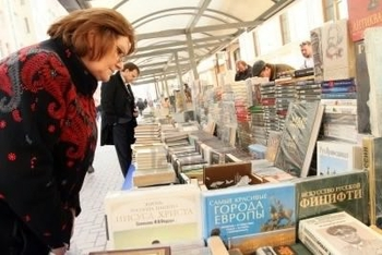 7736852-moscow--april-7-reading-city--sale-of-books-in-the-center-of-moscow-on-arbat-street-april-7-